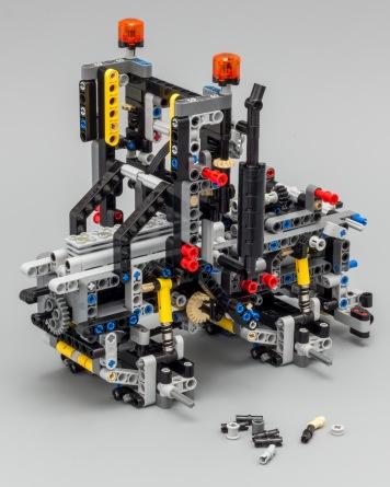 Quelques unes des nombreuses étapes de construction du Mercedes Arocs reproduit par LEGO - photo extraite du site Eurobricks