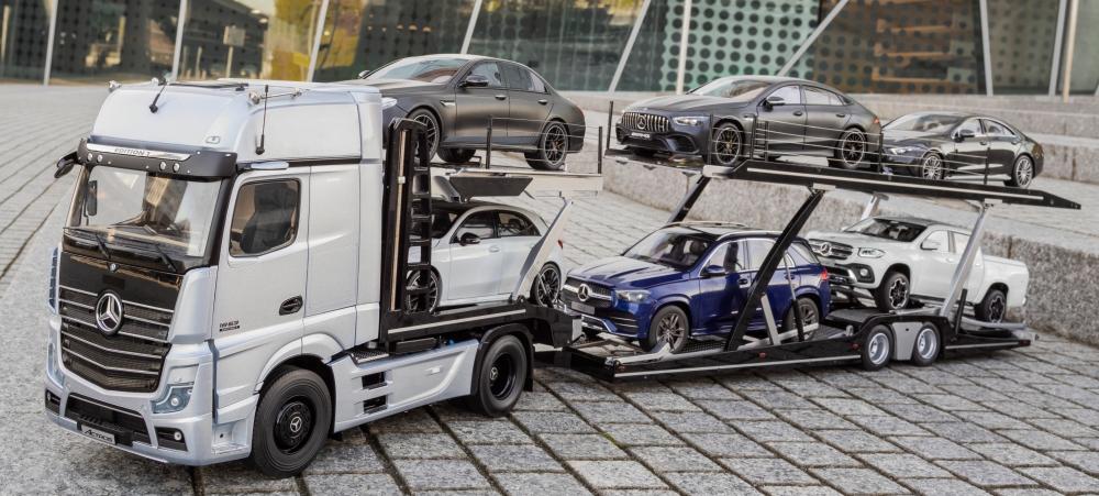 Mercedes-Benz Modellautos: Der neue Actros mit Auflieger. Gigant im Kleinformat: Der erste Autotransporter mit Actros im Maßstab 1:18Mercedes-Benz model cars: new Actros tractor with semitrailerMercedes-Benz model cars: new Actros tractor with semitrail